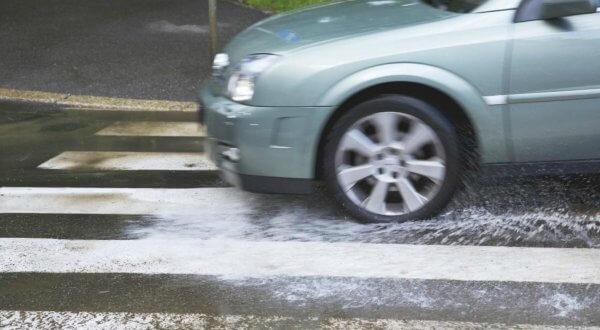 evitar el aquaplaning