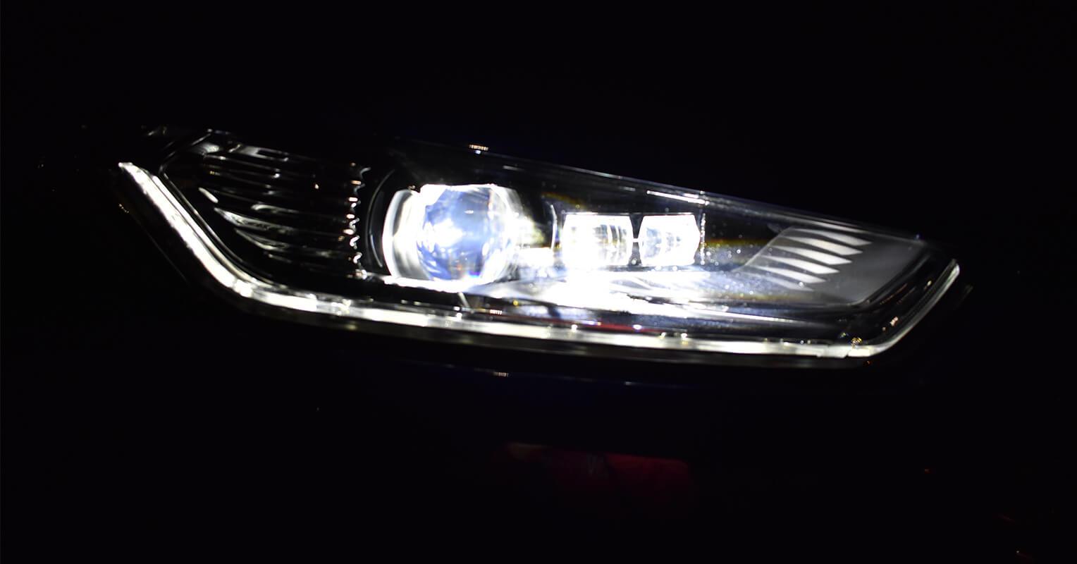 Faro delantero del Ford Mondeo híbrido